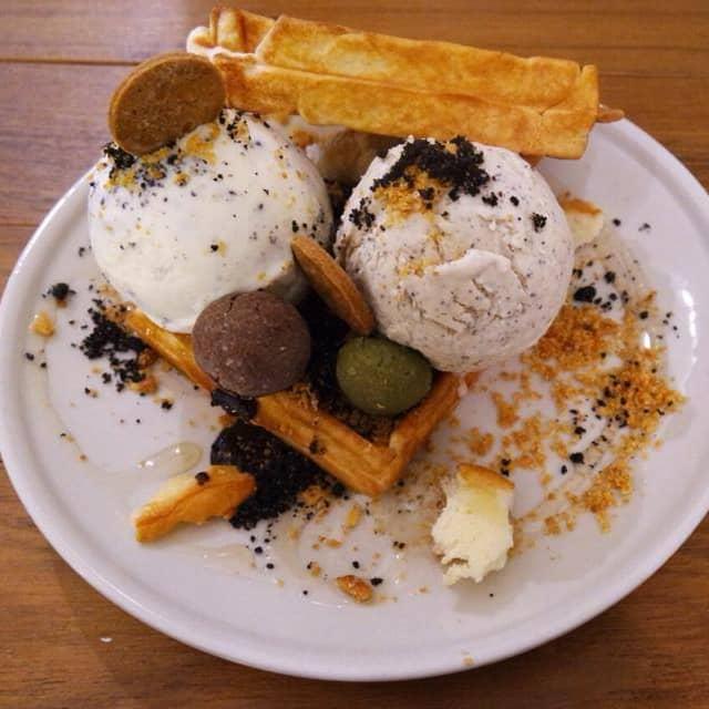 1 x Waffles with Double Scoop Ice Cream
